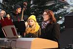 Zpívání koled u stromečku a jeho rozsvícení na domažlickém náměstí.
