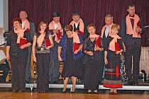Na Divadelním bále v Domažlicích zpívali pasečničtí ochotníci převlečení za pěvecký sbor i árii z Prodané nevěsty.