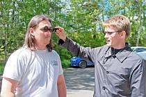 Optometrista Matěj Skrbek provádí zrakový test na řidiči Petru Müllerovi z Mýta.
