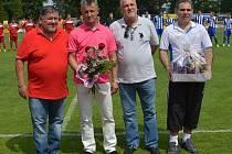 Při posledním utkání sezony poděkovalo vedení Jiskry trenérovi Stanislavu Purkartovi (druhý zleva) za jeho práci.