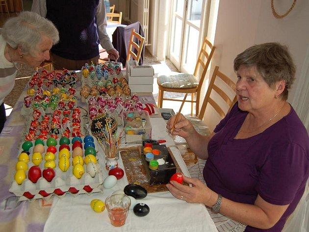 Emílie Bočanová předvedla výzdobu kraslic v seniorském domově v Domažlicích.