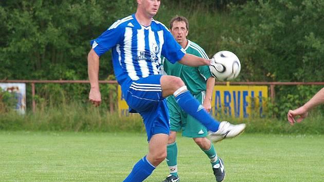 Uzdravený kanonýr Jiskry Tomáš Bahleda přispěl dvěma góly k vysokému vítězství rezervy Domažlic v Černicích.