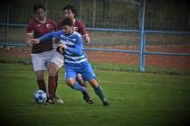 Mrákovský Pavel Váchal (v modrém) bojuje o míč s dvojicí postřekovských soupeřů (vlevo Adam Polák).