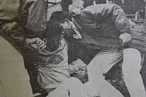 Dobová popiska: Pracovníci Rychlé zdravotnické pomoci nakládají domažlického fotbalistu Rejthara, který se zranil v sobotním utkání Jiskry s Nepomukem.