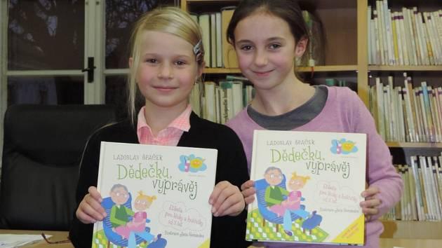Nejlepší čtenářky a vítězky soutěže Amálie Vondrašová (vlevo) a Veronika Jankovcová.
