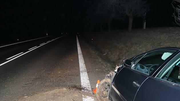 V příkopu u silnice I. třídy mezi Brnířovem a Hlubokou skončila jízda devětapadesátiletého řidiče.