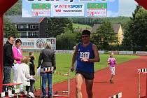 NORBERT ŠVARC v cíli půlmaratonu v Chamu. Domažlický atlet doběhl čtvrtý v celkovém pořadí a třetí v kategorii.