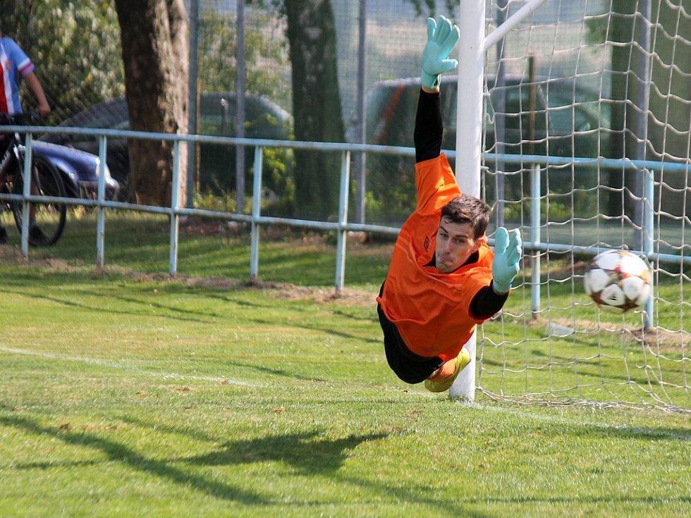 Gólman Benátek Bojčuk v penaltovém rozstřelu sleduje míč, kterým domažlický Bezdička trefil tyč.