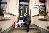 Ředitel Dětského domova Nepomuk Roman Suda přebírá dárky od kraje.