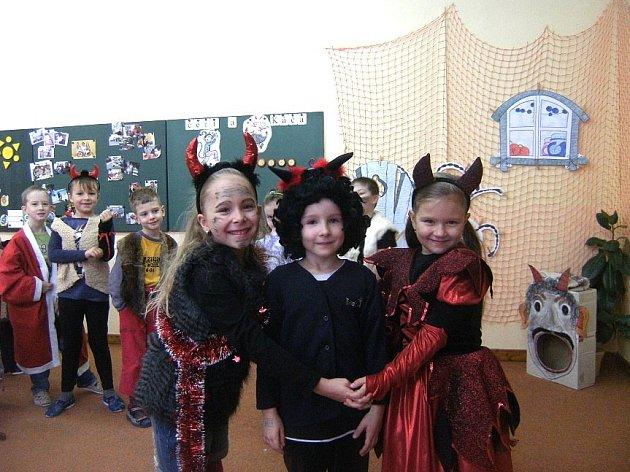 Mikuláš a spousta čertů obsadila 5. prosince Základní školu Postřekov.