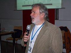 Jiří Masopust, vedoucí projektu PilsenCUBE, hovoří kdomažlickým gymnazistům.