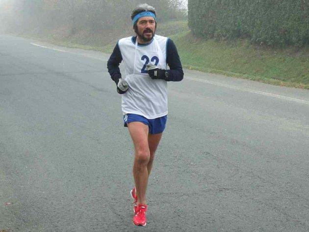 DO KOPCE JE TO DŘINA. Na snímku Jiří Královec z oddílu Mílaři Domažlice, který sedmikilometrovou trať a 365 metrové převýšení zvládl za 31:49 minut a vyběhl si tím bronzovou medaily v kategorii do 60 let.