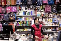 MARIE HÖLLOVÁ pracuje v domažlické prodejně se sportovním zbožím.