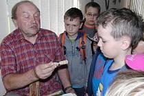 Jan Riederer z Pece pod Čerchovem odhalil taje řemesla ´břetenářů´.Teď práci vřetenáře předvádí na vlastnoručně vyrobeném stávku v tamním Dřevorubeckém muzeu.