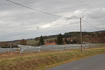 Z výstavby elektrovoltaické elektrárny u Mračnic.Obec je v údolí a už jen přes konstrukce pro instalaci solárních panelů není vidět. Na jedné straně u vsi ´obrelektrárna´, na druhé pak krásná příroda.