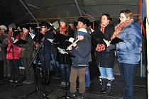 Canzonetta zazpívala o vánočních trzích u stromečku na domažlickém náměstí.