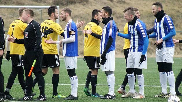 ZATÍMCO NA KONCI LEDNA fotbalisté Jiskry Domažlice (na snímku hráči v modrobílých dresech) s Přešticemi na umělé trávě v Plzni na Doubravce remizovali 0:0, tentokrát svého krajského rivala před vlastními fanoušky porazili 4:2.