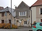 K pokusu o vraždu došlo v tomto domě (uprostřed) v Poděbradově ulici v Domažlicích.