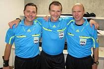 Fotbalový rozhodčí Pavel Královec (uprostřed).