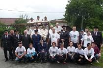 Společná fotka hasičů z Podzámčí s jejich hosty ze Kdyně bude trvalou vzpomínkou na sobotní slavnost.