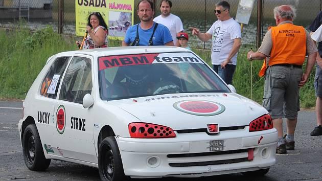 Rudolf Mužík (v modrém) se stále pohybuje v motorsportu, například v roli druhého startéra při českém mistrovství v autoslalomu na známé trati do vrchu Koráb u Kdyně.