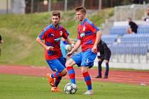Fotbalista Viktorie Plzeň B Pavel Hezoučký (na snímku s míčem) přišel v zápase na půdě Domažlic do hry až ve druhém dějství. Ani on však potupu svého týmu neodvrátil.