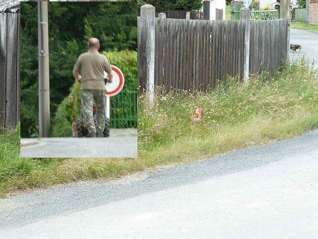 Před domkem J. Anděla. Pracovník najatý obcí okolo něj projíždí bez povšimnutí.