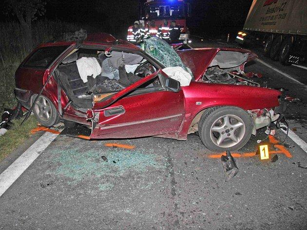 TRAGICKÁ UDÁLOST. Návrat z dovolené v cizině poznamenala tragická dopravní nehoda, při které vyhasl život řidiče Citroenu Xantia, tři jeho spolujedoucí skončili zranění v nemocnicích. Řidič se snažil autu vyhnout a skončil levými koly na pravé krajnici.