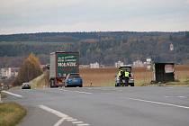 Z POLICEJNÍ KONTROLY. Policisté jsou stále vidět na silnicích našeho regionu. Ve čtvrtek odpoledne kontrolovali vozidla u odbočky na Meclov, na straně silnice u K+B.