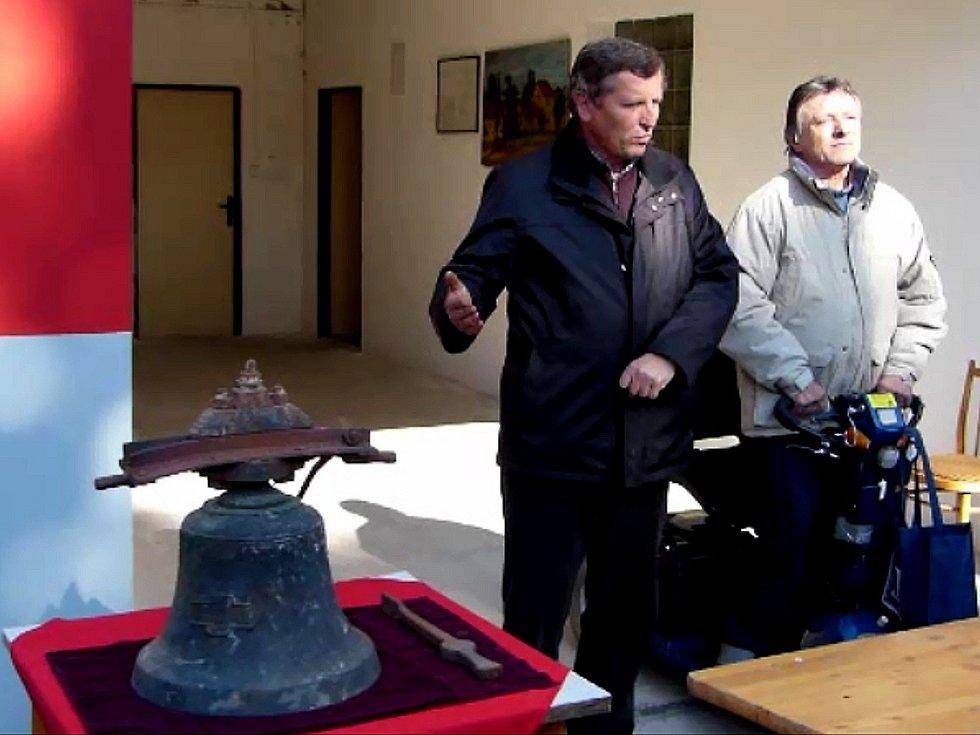 Při letošní pouti byl veřejnosti ukázán znovu nalezený zvon. Zprava starosta Ždánova Václav Pflug a vnuk zachránkyně zvonu, starosta sousedního Draženova Štěpán Sladký.