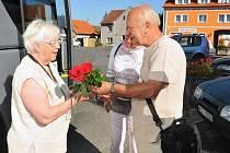 Rudolf Švec vítá na holýšovském náměstí paní Françoise Marchelidon.