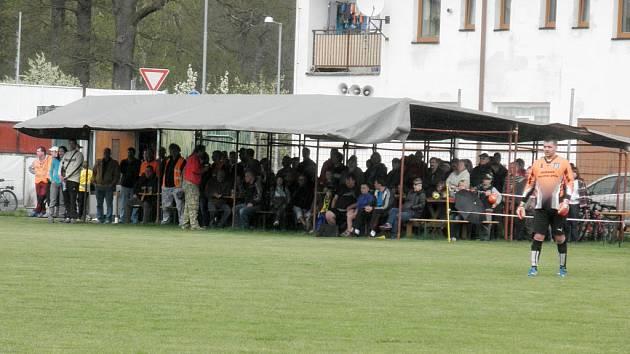 Dešťová přeháňka zahnala diváky při utkání FC Dynamo H. Týn se Sp. Poříčím pod plachtu. Jinde běžná krytá tribuna by problém vyřešila.
