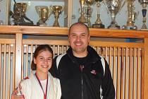 ÚSPĚCH DOMAŽLICKÉHO JUDA. Na snímku je bronzová Tereza Forstová s otcem a zároveň i trenérem Pavlem.