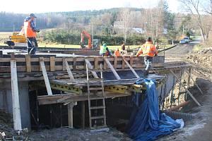 V Hostouni dokončují most.