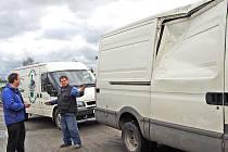 Karel Sladký (vlevo) se domlouvá, kam odvézt do bezpečí všechna auta.
