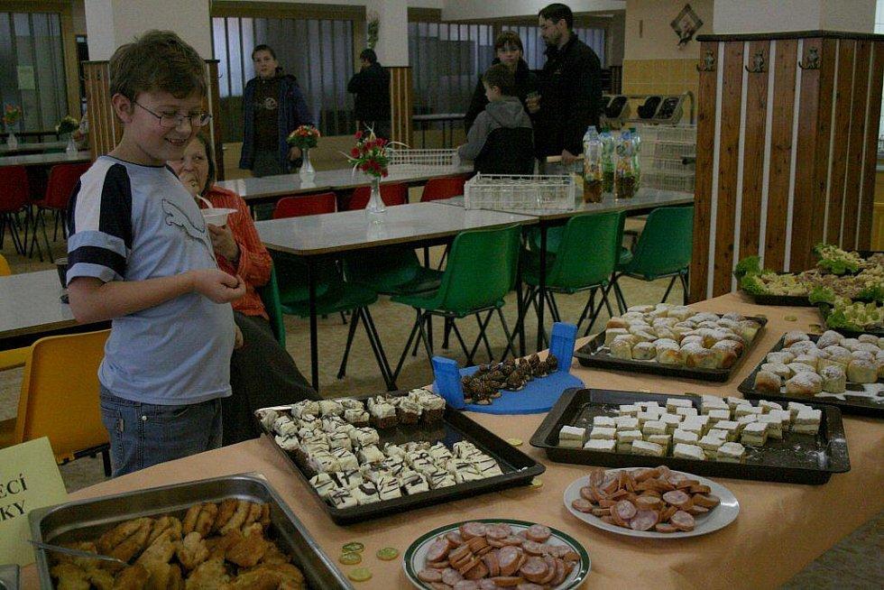 Pochoutky na Dni otevřených dveří v Základní škole Komenského 17 v Domažlicích