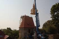 Instalace báně na kostel v Šitboři.