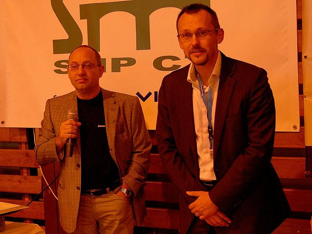 Manažer Jiskry Domažlice Tomáš Budka a zástupce sponzora domažlických basketbalistů Jan Freudl.