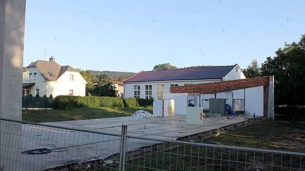 Dělníci už téměř zbourali jeden z pavilonů postřekovské školy.