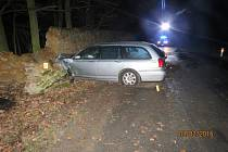 NÁRAZ DO ZDI OBORY. Řidič Roveru po smyku s vozem narazil do mostu a kamenné zdi.