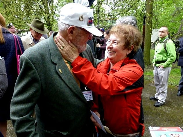 """""""Táta a jeho nová přítelkyně Marie, holčička z fotografie pořízené roku 1945,"""" prohlásil o snímku syn veterána Tom Duncan."""