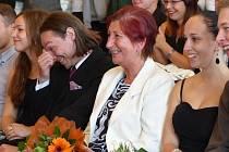 MARIE GLÖTZEROVÁ (s kyticí) i její tanečníci se výborně bavili při filmu sestřihaném z někdejších vystoupení Avanti.