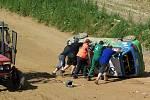 RYCHLÝ ZÁSAH. Převrácený vůz Daihatsu bavorského juniora skupina pořadatelů a členů jezdcova doprovodu rychle postavila na kola a závod po minimálním přerušení pokračoval.