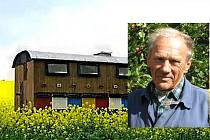 Alois Hoffmann přišel kvůli včelímu moru o vybavený kočovný včelín i veškerá včelstva.