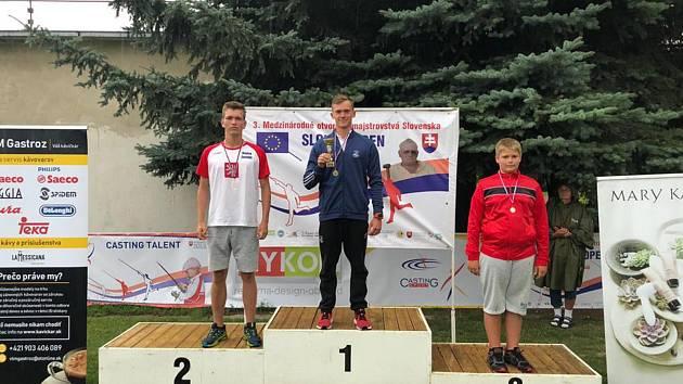 Bronz na krku! Na mezinárodním mistrovství Slovenska v rybolovné technice v Nových Zámcích si mladý kdyňský závodník David Nejdl (vpravo) pověsil na krk bronzovou medaili.