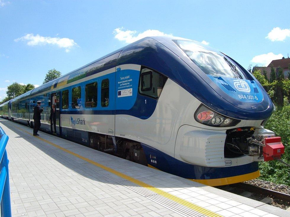 Nová souprava RegioShark v zastávce Domažlice-město