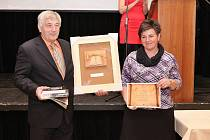 Kronikářka Andrea Bauerová se starostou Štichova Ladislavem Šindelářem převzali ocenění za druhou nejlepší kroniku.