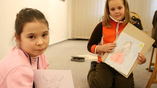 Žákyně ze Základní škole Msgre B. Staška v Domažlicích představují své oblíbené postavičky z Večerníčků - Makovou panenku a králíky z klobouku.