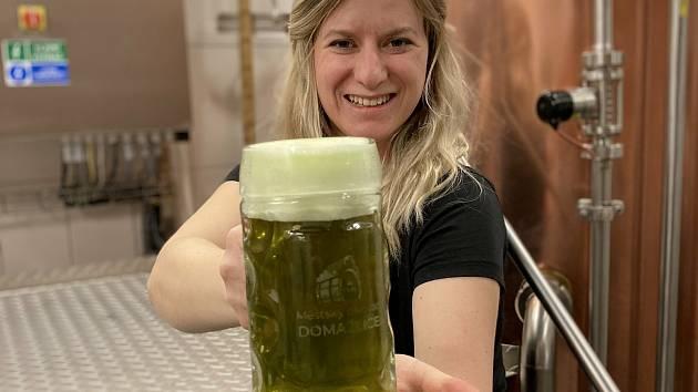 Sládková domažlického pivovaru Janu Müllerová (na snímku) připravila s kolegy speciální várku piva. Jde o Kopřivovou dvanáctku. Foto: archiv pivovaru