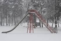 ZASNĚŽENÉ KOUPALIŠTĚ. Netradiční zimní pohled na magnet letní turistické sezony na Domažlicku.